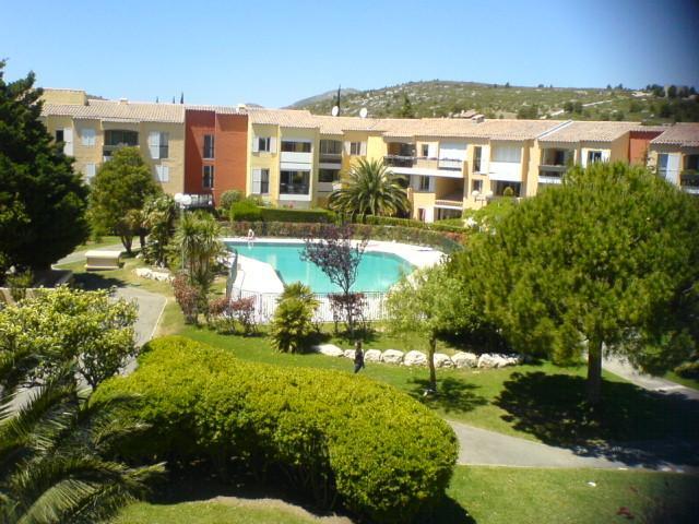 Le parc et la piscine de la résidence