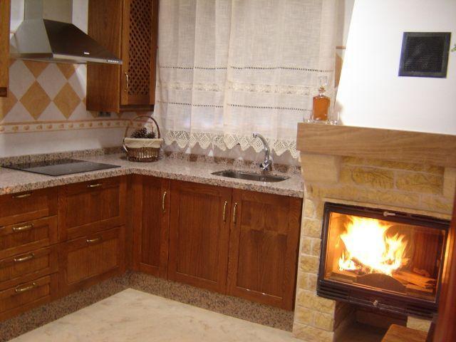 Cocina con Chimenea a fuego