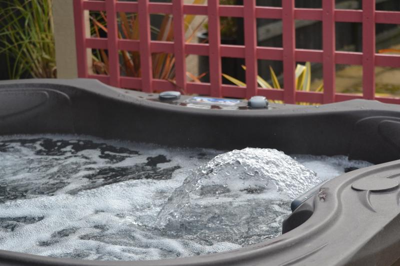 Le spa de jour. Privé de saules grange à ses clients avec des lumières et de la fonctionnalité de la cascade.