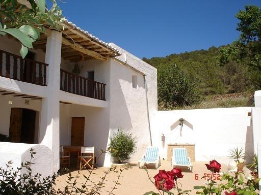 Tranquila casa en Ibiza!!, holiday rental in Cala Llonga