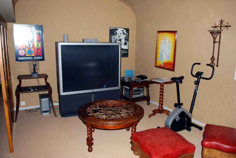 2nd lounge/TV Room