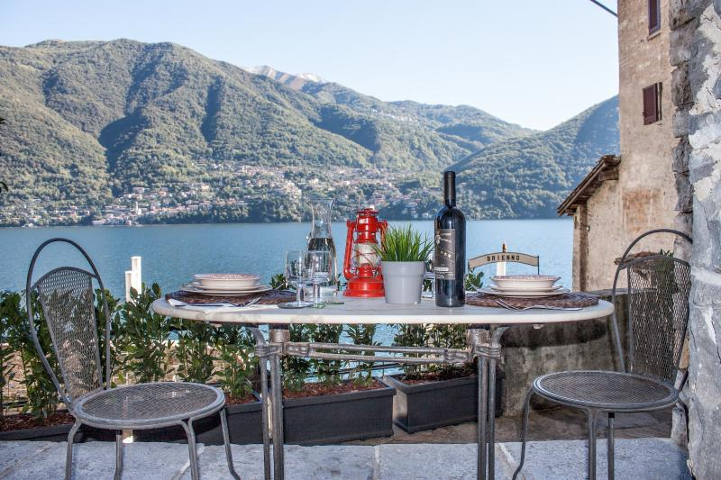 Charming with private garden, alquiler de vacaciones en Brienno