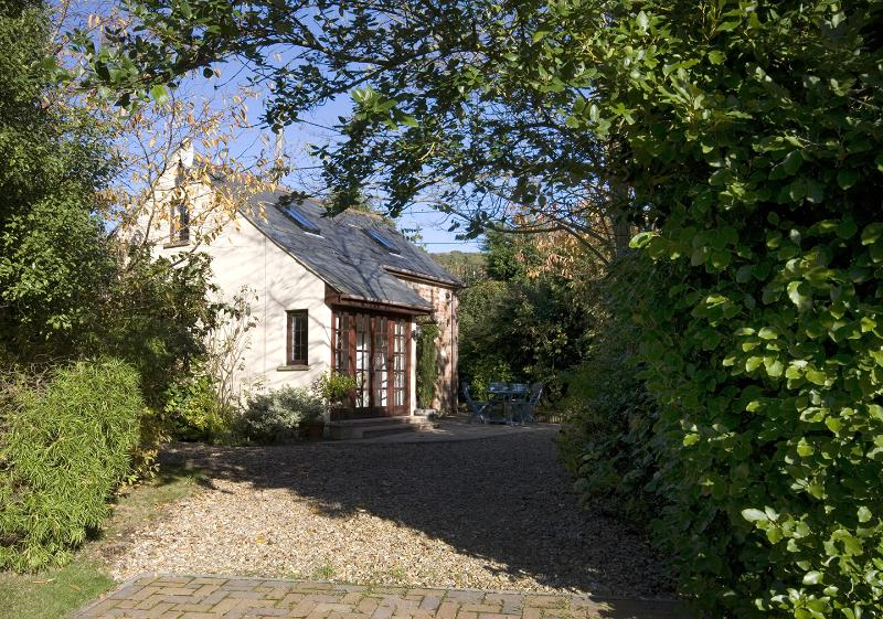 Carriers Stable - high quality holiday cottage in rural village near sea, holiday rental in Brighstone