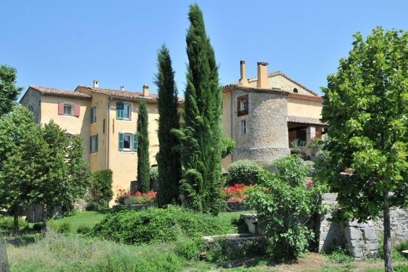 Ferme templière du 12ème siècle au cœur de la Provence Verte avec chambres d'hôtes.