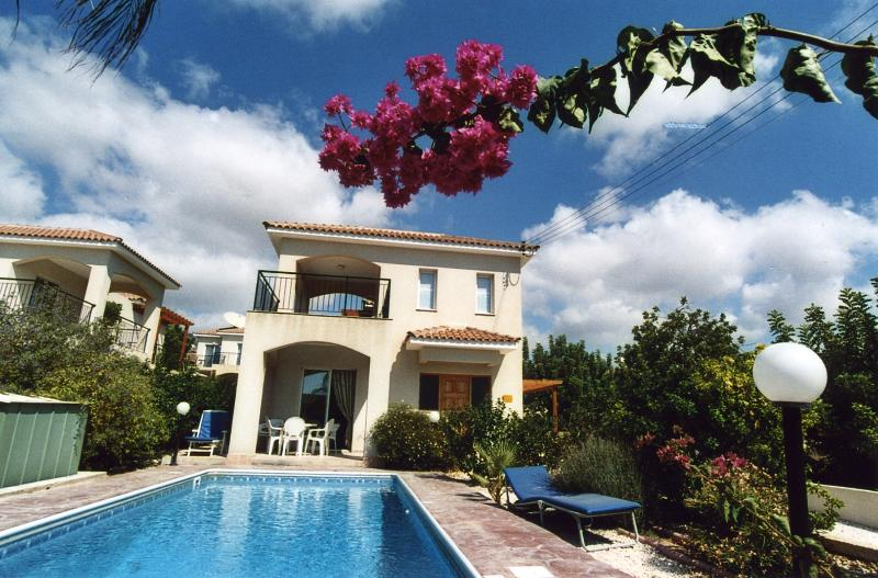 3 Bedroom detached villa with private pool in Peyia, Paphos. Sleeps adults, vacation rental in Peyia