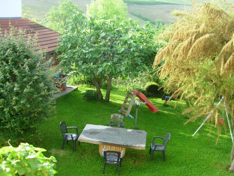 El jardín con mesa de piedra