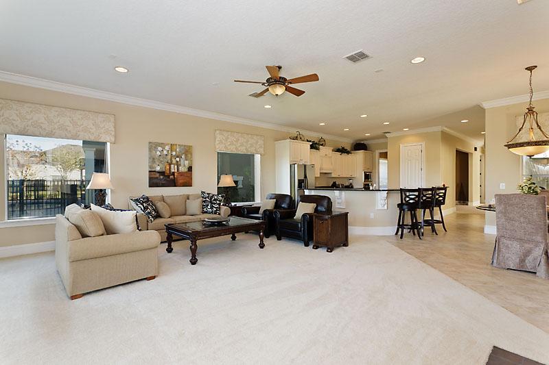 Espaçosa área de viver com luxo descontraído sentir para abrir a área de cozinha de plano