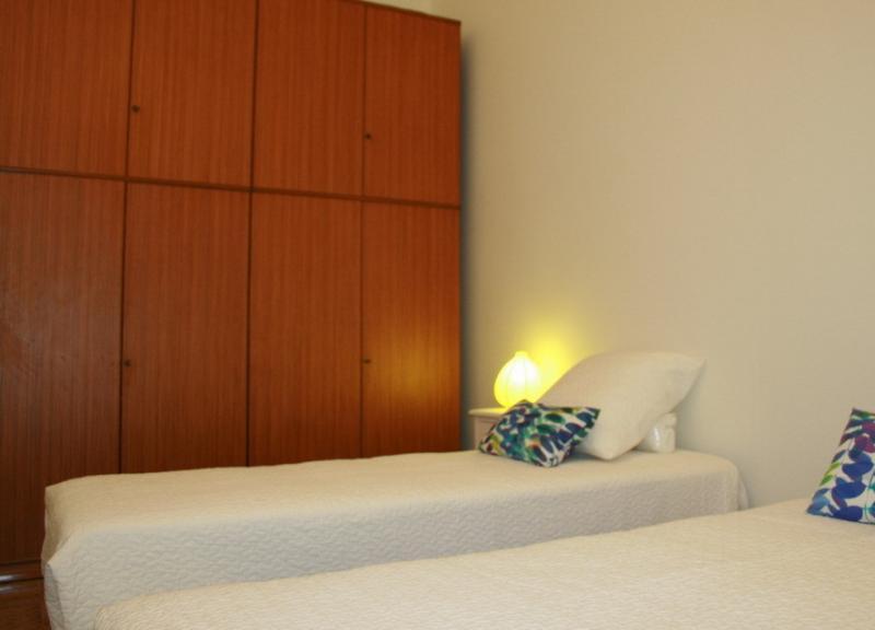 armario en habitación con dos camas