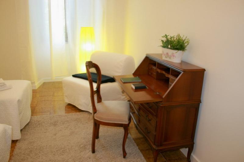 Escritorio en el dormitorio con dos camas