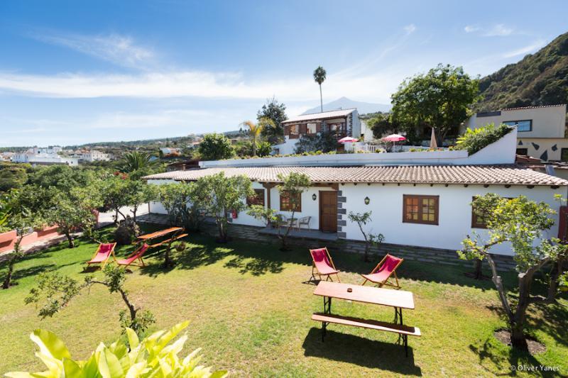 Nuestra Casa con su jardín y el Teide