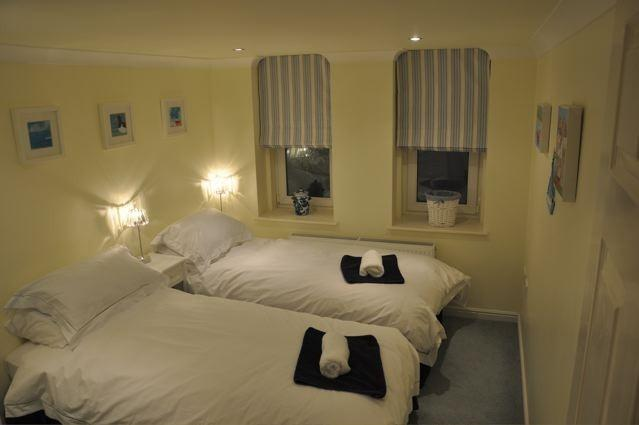 Camera Doppia con letti comodi e biancheria da letto di cotone bianche.