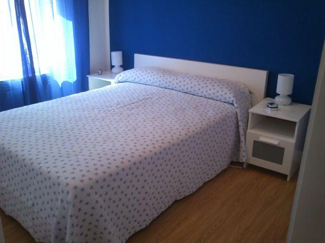 Dormitorio relajante y soleado.