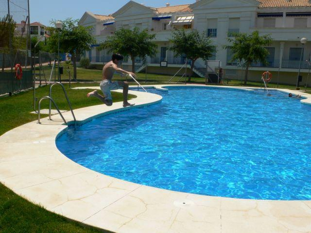 very neat and my nephew outdoor pool limpia.Siendo the jump into the water ..