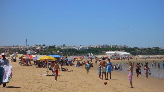 Playa de las Piletas en Sanlucar cerca del apartamento.Se ve al fondo,recinto d carrera de caballos