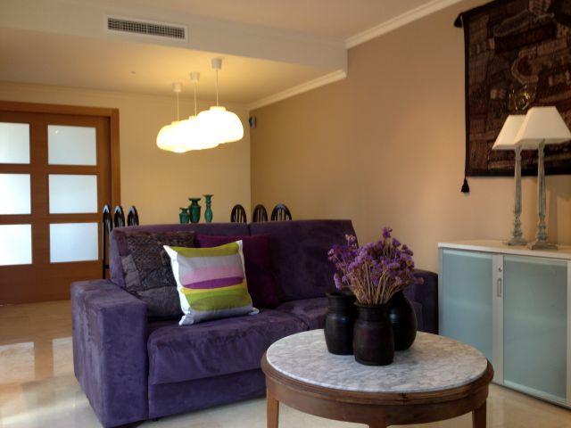 Salón comedor, con dos sofás, tv, mesa y sillas y acceso directo a la terraza.