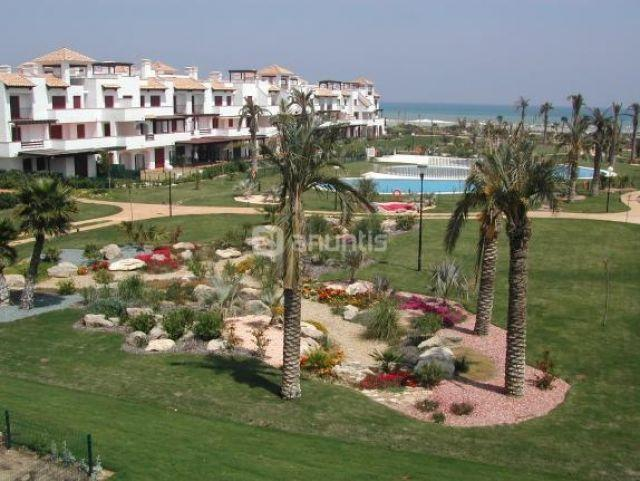 Vista de la zona de piscina principal con los jardines y el mar.La urbanización tiene 5 piscinas