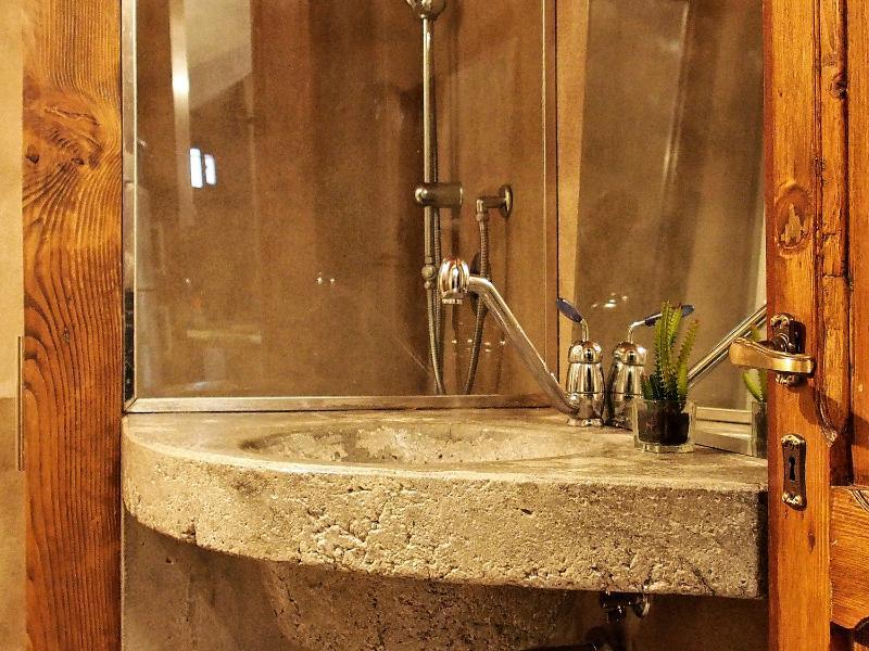 lovingenoa GUEST HOUSE - bathroom - Bagno eseguito in unico getto di cemento e protetto con resine