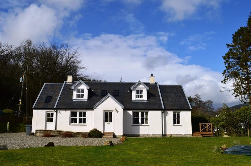 Shelduck Cottage, shore front location, private fishing, peaceful rural retreat, location de vacances à Ardrishaig