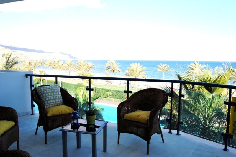 Precioso apartamento con vistas al mar desde la terraza del salón y desde el dormitorio. Disfrútala!