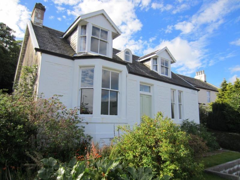 Myrtlebank Villa, shore front loch location, private garden/parking., Ferienwohnung in Dunoon
