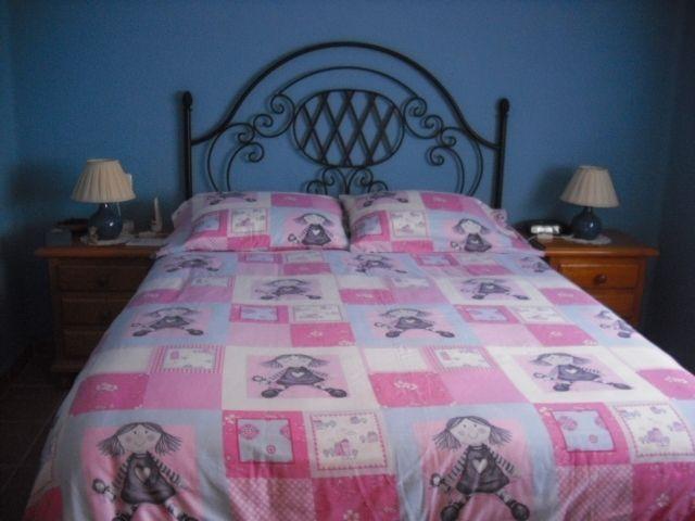 Dormitorio matrimonio con armario grande y tocador con espejo