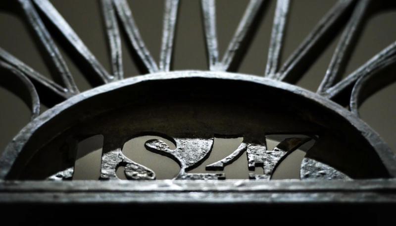 Puerta de forja original con inscripción de fecha original