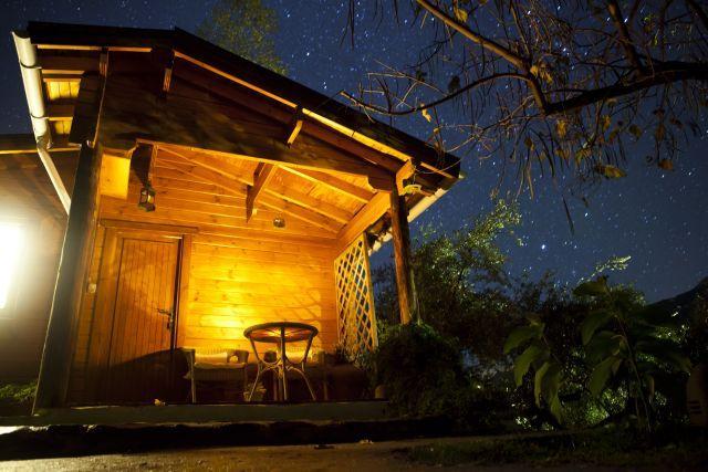 Cabaña con cielo estrellado