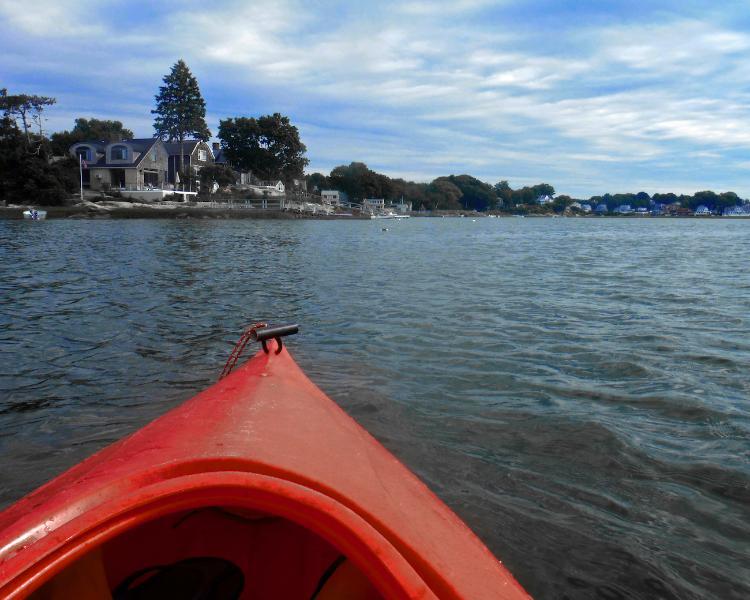 Vue de la maison tout en kayak dans l'anse de homard