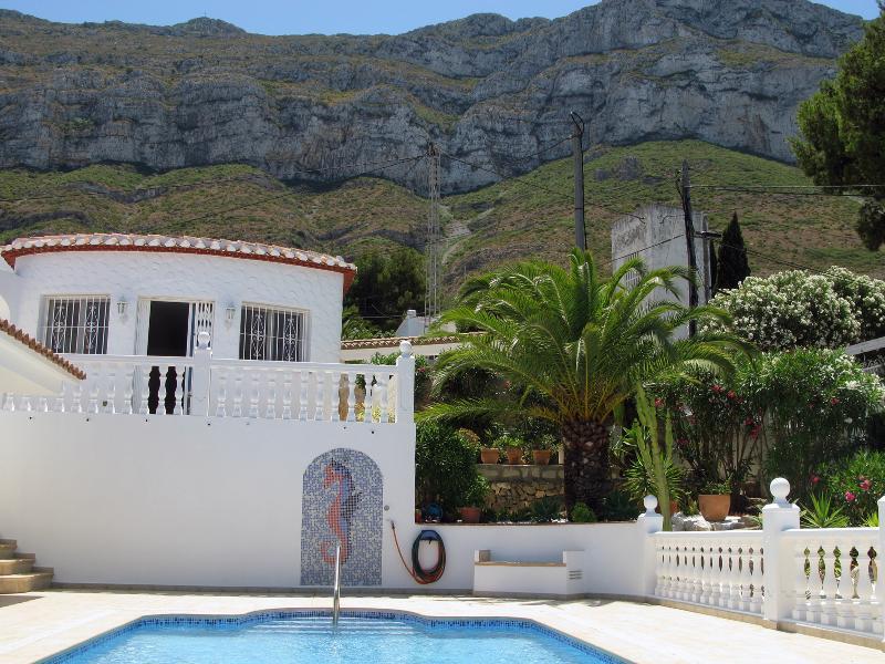 Het huis met de berg Montgo op de achtergrond
