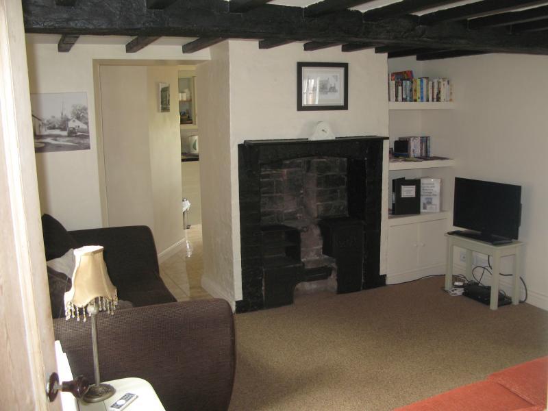 Sala de estar (acolhedores, com vigas, tv, DVD player, 2 sofás-cama) - da porta
