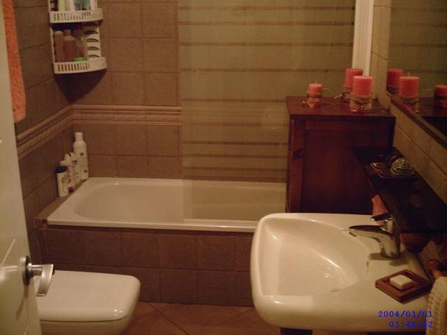 Baño de dormitorio principal equipado con bañera.