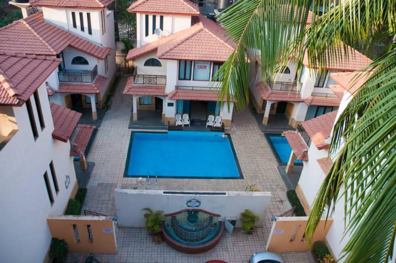 SNS Beach Holiday Villa with private swimming pool at Calangute, holiday rental in Parra