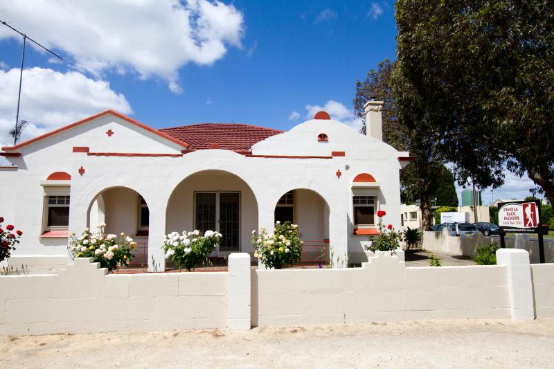 Welcome to Penola Backpackers! Newly renovated 1935 Spanish Mission home