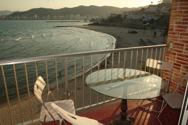 Terraza con vistas a la playa en primera linea