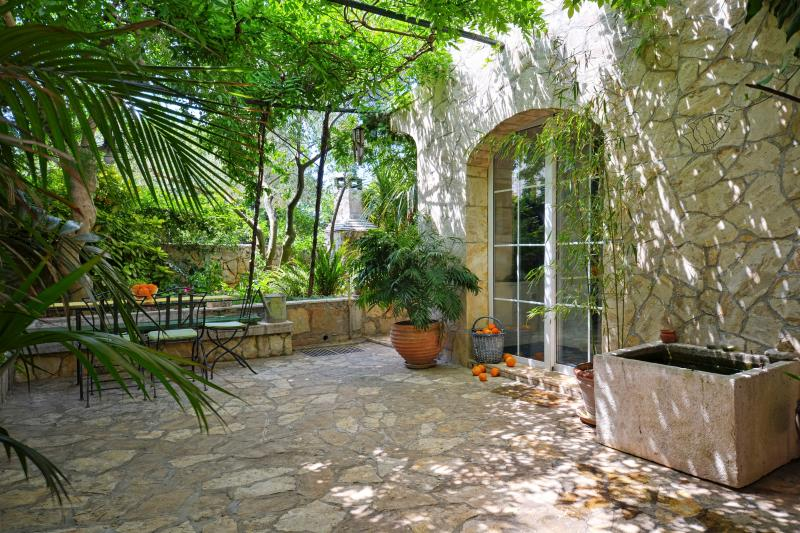 Mai's Cottage - Three Bedroom House with  Garden and Swimming Pool, aluguéis de temporada em Stari Grad