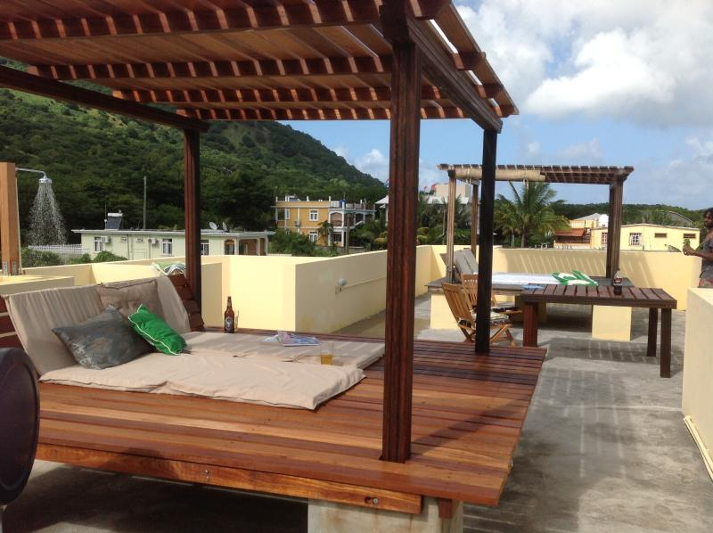 Roof terrace with 2 giant sun beds rain shower BBQ and dining table 360 view of mountains & Ocea