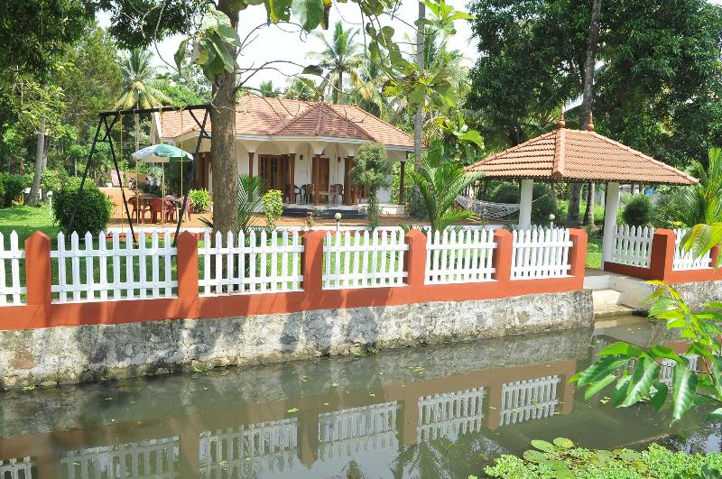 Coconut Creek  Kumarakom B&B - A Backwater Budget Stay, vacation rental in Kottayam