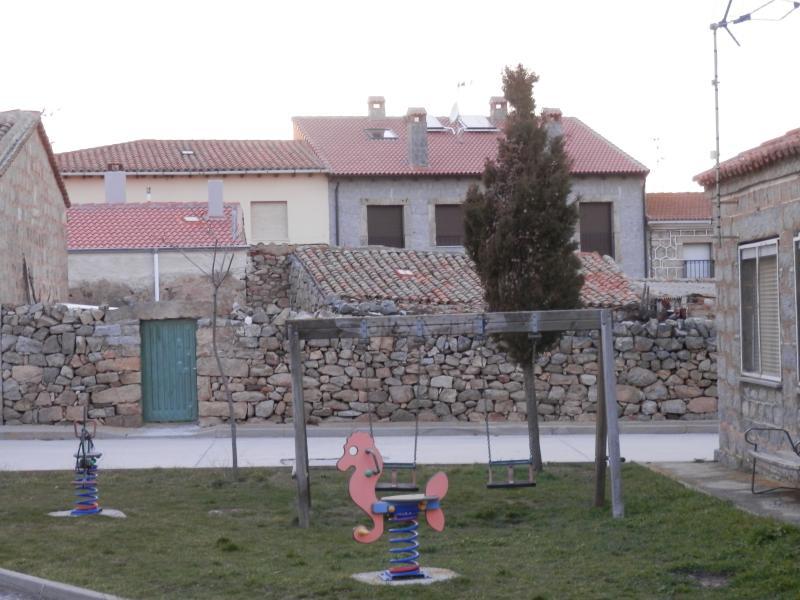 Environnement, balançoires à côté des maisons.