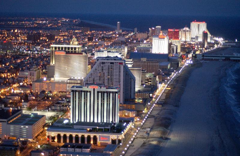 Vista di Atlantic City di notte guardando a nord