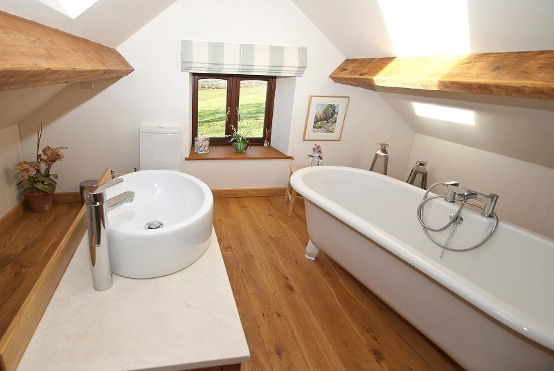 quality en-suite facilities, relax in a luxurious roll top bath and enjoy the view