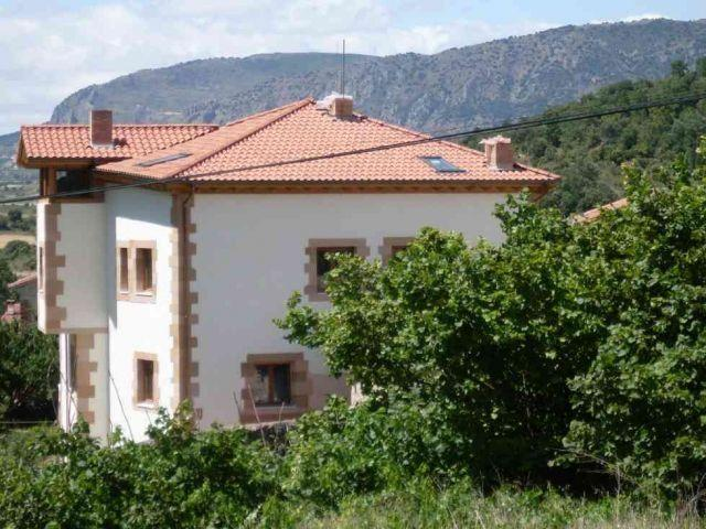 Casa Rural de 9 dormitorios en Oña, holiday rental in Puente-Arenas