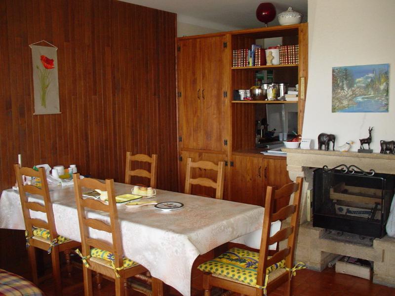 salon-salle à manger  avec coin cheminée communiquant avec cuisine