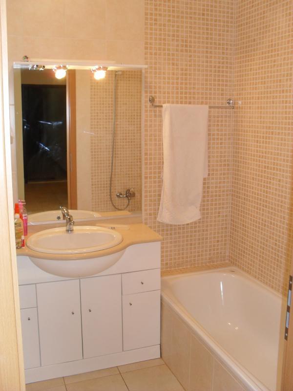 Salle de bain familiale avec plus de salle de bain douche
