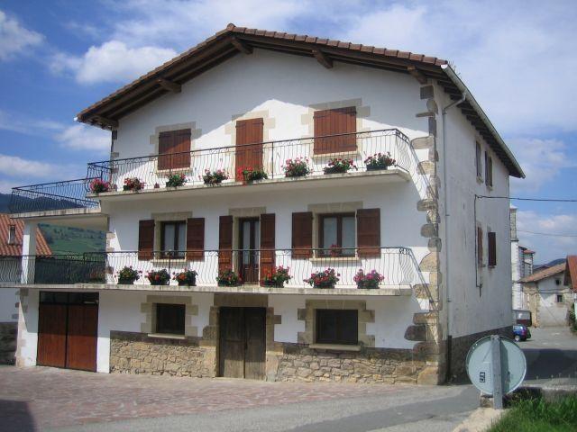 Casa Rural de 150 m2 de 3 dormitorios en Saldias, vacation rental in Almandoz
