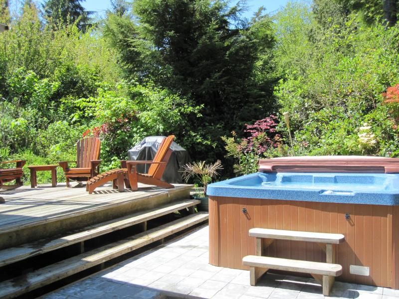 Cedar Shack Cabin - Private - Hot Tub - Steps to Beach - Family Friendly, aluguéis de temporada em Tofino