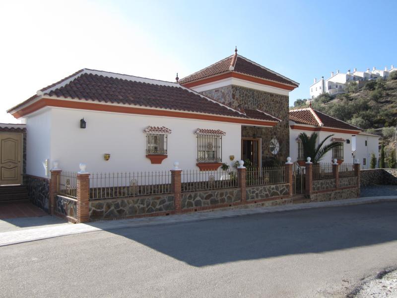 Fachada norte y entrada principal a  la casa