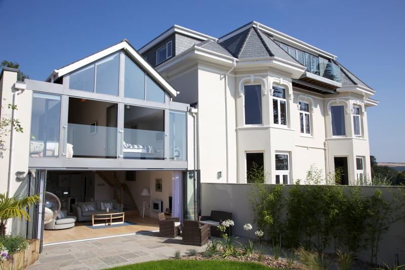 The Gorgeous Glasshouse - modern, luxurious holiday accommodation with a wow factor! Private garden.
