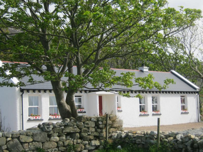 Mia's Traditional Cottage, Clonmany  on the Wild Atlantic Way near Malin  Head, vacation rental in Ballyliffin