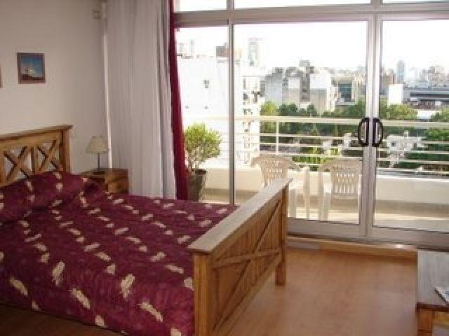 Vista de la zona dormitorio con vista y salida al balcon
