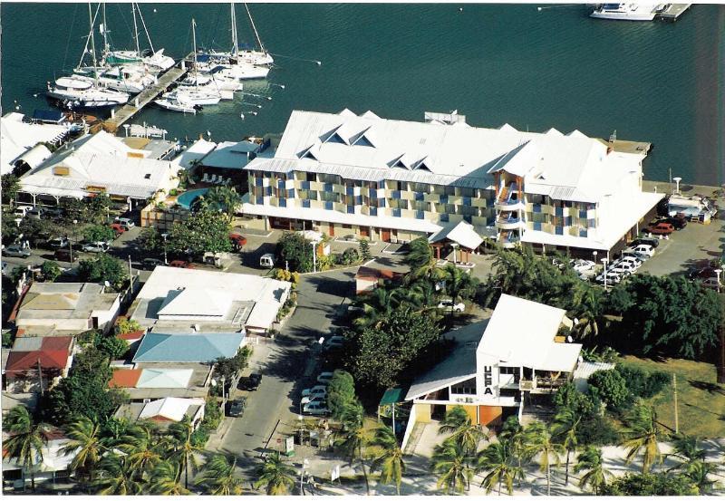 la residence avec la marina en arriére